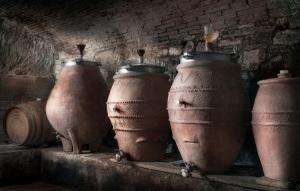 Cantina del Chianti con giare della fornace Artenova ridimensionata