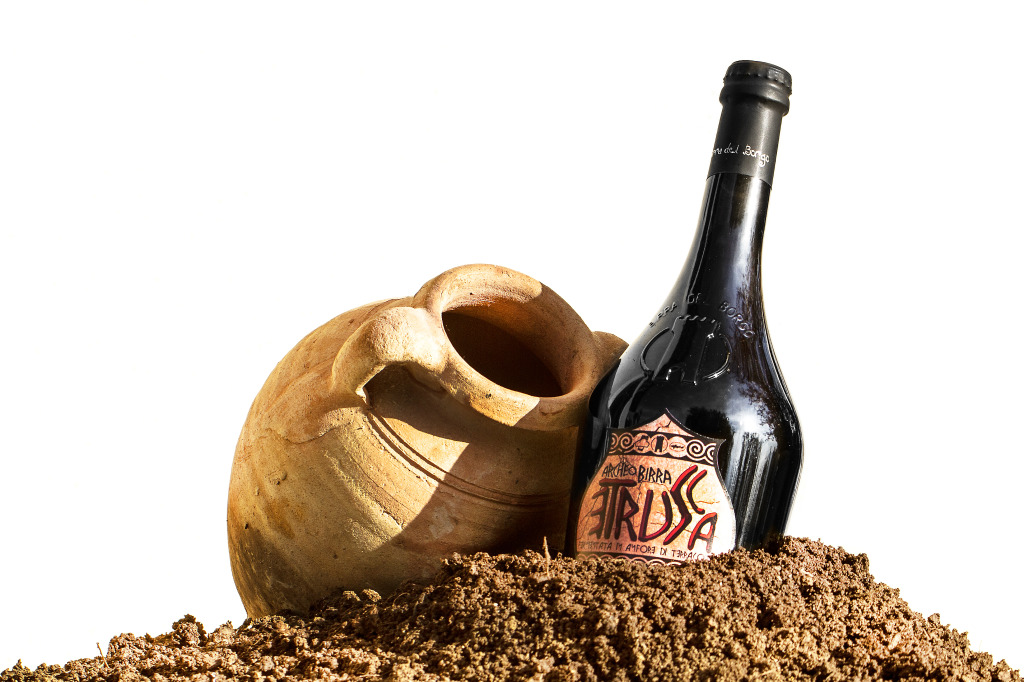 """L'""""Etrusca"""" riposa in grandi anfore realizzate da Artenova nel birrificio laziale  di """"Birra del Borgo"""" a Borgorose"""