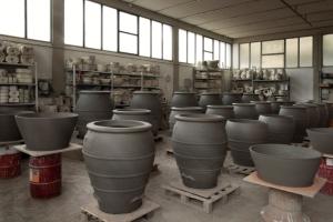 giare appena pronte nella fornace Artenova
