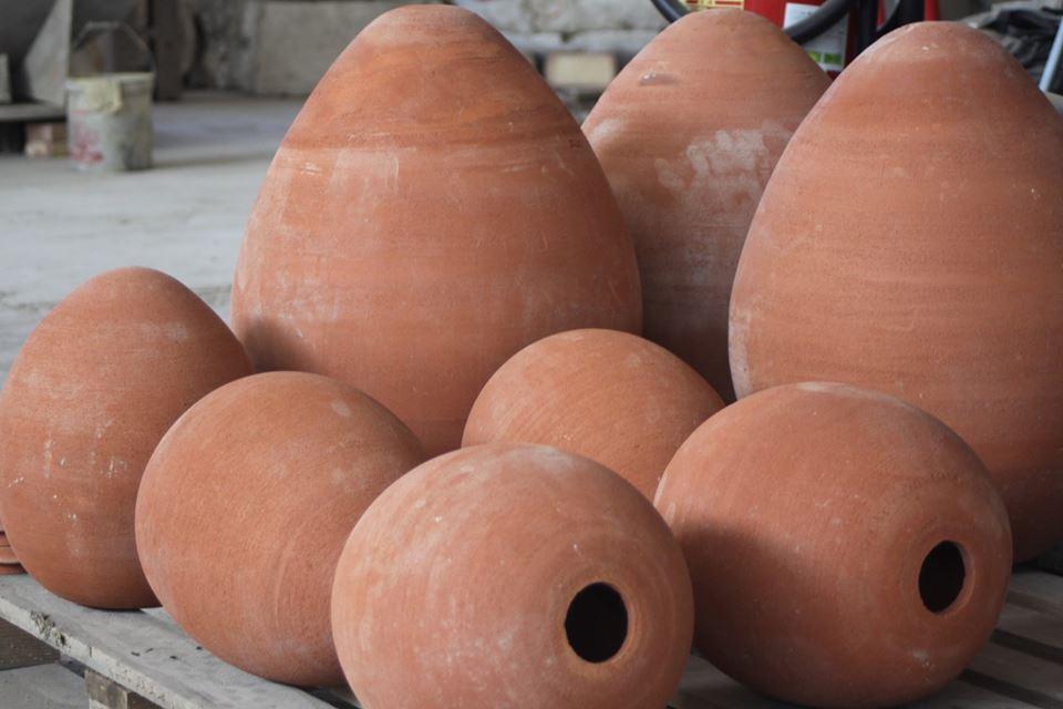 Giare a forma di uovo nella fornace Artenova.