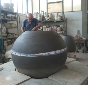 Giuseppe Parisi  lavora alla realizzazione di un dolium