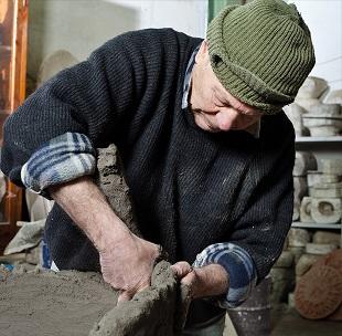 Giuseppe Parisi mentre lavora la terracotta nella fornace Artenova